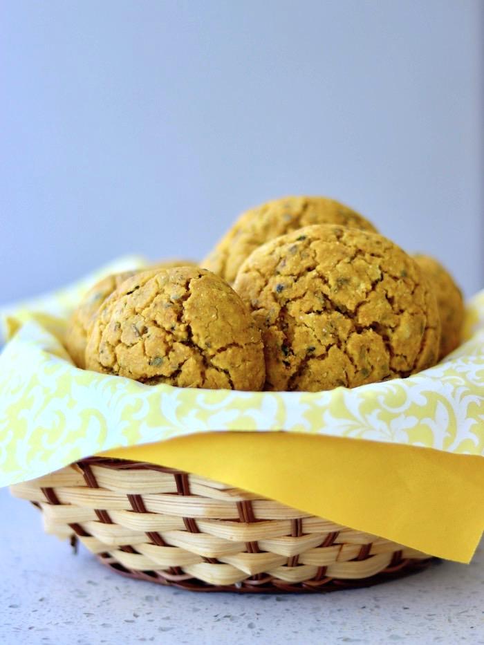 pãozinho de grão de bico e abóbora vegano e sem glúten em uma cesta com outros pães